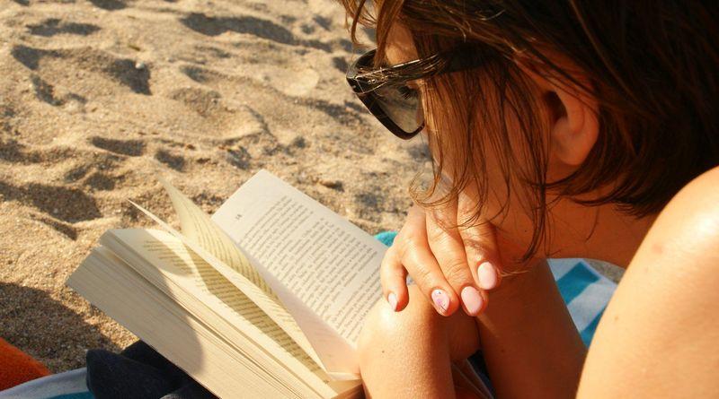 Magda. Recenzuje.pl, czytam książkę na plaży w Rumunii.
